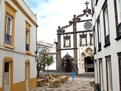 AZZORRE-Old-street-in-Ponta-Delgada