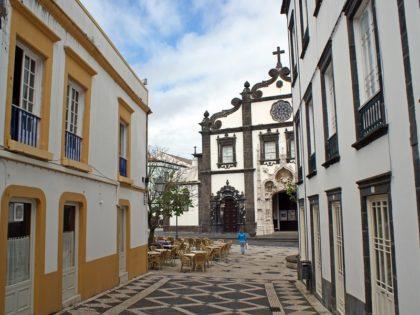 AZZORRE Old street in Ponta Delgada and the view of Igreja Matriz de Sao Sebastiao